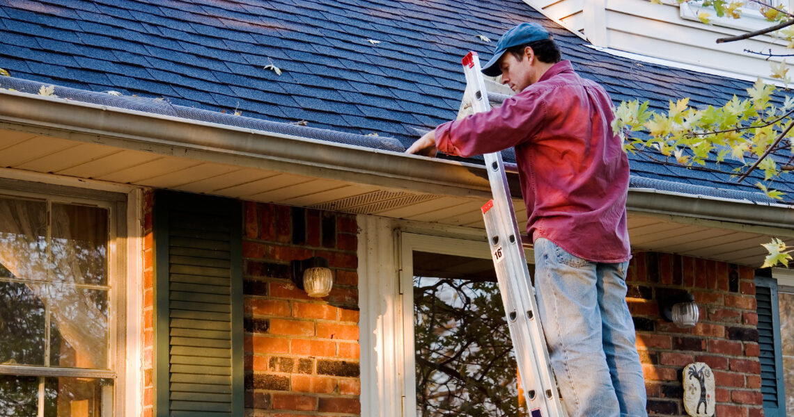 Weekend Projects_Cleaning Gutters_29977022_2400x1260